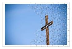 Rostigt järnkors mot en blå bakgrund - ombyggnad vår tro royaltyfria foton