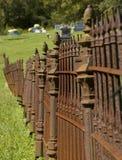 Rostigt järnkyrkogårdstaket Arkivfoto