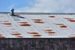 Rostigt korrugerat tak för arkmetall Arkivbilder