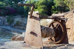 Rostigt kugghjul med ett handtagfattande Royaltyfri Fotografi