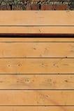 Rostigt metallrör på träväggbakgrunden Royaltyfri Foto
