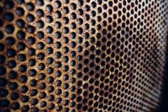 Rostigt metallraster på väggen Arkivfoton