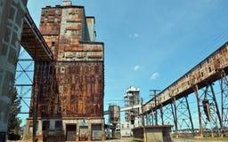 Rostigt och gammalt industriellt-scape Arkivfoton