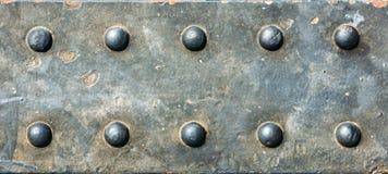 rostigt och glas- Grungebakgrund belägger med metall pläterar med skruvar Fotografering för Bildbyråer