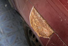 Rostigt på den röda bilen spricka av bilmålarfärg royaltyfria bilder