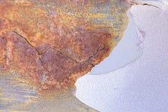 Rostigt på gammal metall och skalning av av målarfärgtexturbakgrund royaltyfri foto