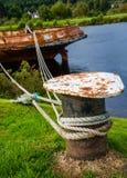 Rostigt skepp som fixas i hamnen Royaltyfria Bilder
