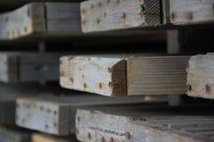 Rostigt spikar i träbräden Royaltyfri Bild
