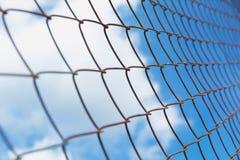 Rostigt staket för chain sammanlänkning under himmelbakgrunden Arkivfoton
