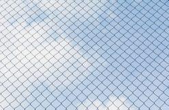 Rostigt staket för chain sammanlänkning under himmelbakgrunden Royaltyfri Bild