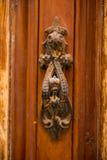 Rostigt tappningdörrhandtag på en trädörr Royaltyfri Fotografi