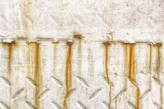 Rostkorrosion på metallyttersida med vit målarfärg - grungetextur arkivfoto