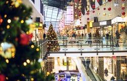 Rostock, Alemanha - 9 de dezembro de 2016: Compra da venda do Natal Imagem de Stock
