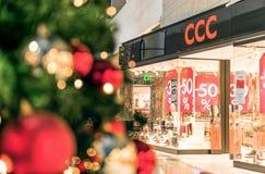 Rostock, Alemanha - 9 de dezembro de 2016: Compra da venda do Natal Fotografia de Stock Royalty Free