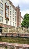 Rostock, Alemanha - 23 de setembro de 2018: Detalhe da rua de Lange com uma fonte no primeiro plano na cidade fotos de stock