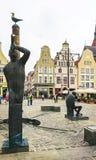 Rostock, Alemanha - 23 de setembro de 2018: Escultura e construções bonitas no quadrado de novo mercado imagens de stock