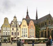 Rostock, Alemanha - 23 de setembro de 2018: Um fragmento da igreja de St Mary, construções bonitas no quadrado de novo mercado fotos de stock royalty free