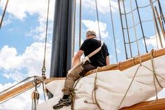 Rostock, Deutschland - August 2016: Seemann, der an Segelschiff arbeitet lizenzfreies stockbild