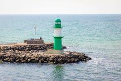 Rostock, Deutschland - 17 06 2018: Grüner Leuchtturm von Warnemuende auf der Ostsee am Hafen Rostock, Deutschland Lizenzfreie Stockfotografie