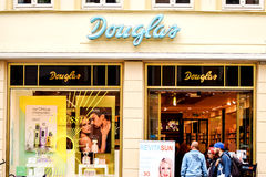 Rostock, Duitsland - Augustus 22, 2016: De parfumerieopslag van Parfumeriedouglas Stock Fotografie