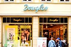 Rostock Niemcy, Sierpień, - 22, 2016: Parfumerie Douglas mydlarni sklep Fotografia Stock