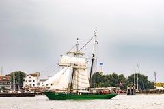 Rostock Tyskland - Augusti 2016: Avatar för seglingskepp på det baltiska havet arkivfoton