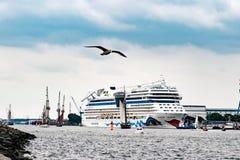 Rostock Tyskland - Augusti 2016: : kryssningskepp från aida i Warnemuende Arkivfoto