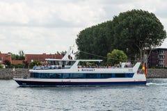 ROSTOCK TYSKLAND - CIRCA 2016: Många turnerar fartyg ger trans. från den Warnemunde kryssningporten till den gamla staden av Rost Arkivfoto
