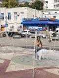 ROSTOV ON DON, РОССИЯ 28-ое августа - девушка покрывает ее фонтан ишака Стоковая Фотография RF
