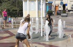 ROSTOV ON DON, РОССИЯ 28-ое августа - девушка покрывает ее фонтан ишака Стоковая Фотография