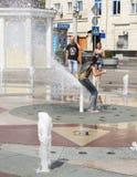 ROSTOV ON DON, РОССИЯ 28-ое августа - девушка покрывает ее фонтан ишака Стоковое Изображение