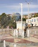 ROSTOV ON DON, РОССИЯ 28-ое августа - девушка покрывает ее фонтан ишака Стоковые Изображения RF
