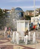 ROSTOV ON DON, РОССИЯ 28-ое августа - девушка покрывает ее фонтан ишака Стоковые Фото