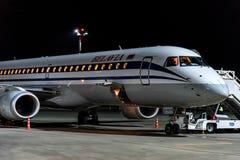 ROSTOV ON DON, РОССИЯ - 28-ОЕ АПРЕЛЯ 2018: Плоский Embraer 195 Belavia в авиапорте Стоковая Фотография RF