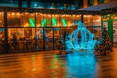 ROSTOV-ON-DON, EL 3 DE DICIEMBRE DE 2017: Exterior del pub en la Navidad Fotografía de archivo