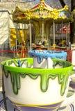 Rostov-On-Don, F?d?ration de Russie, le 30 mars 2019 Parc d'attractions Attraction sous forme de tasses blanches trempées avec ve photo stock