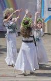 Rostov-On-Don, Rusia mayo 22,2016: Mamáes de la danza, con las guirnaldas encendido Fotografía de archivo libre de regalías