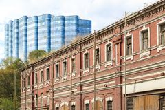 ROSTOV-ON-DON, RUSSIA, 07 OCTOBER 2017: Old dilapidated building on the street in the city of Rostov-on-Don against the backgroun Imágenes de archivo libres de regalías