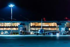 ROSTOV-ON-DON, RUSSIE - 28 AVRIL 2018 : Ponts en jet en aéroport de Platov dans la soirée Photo libre de droits