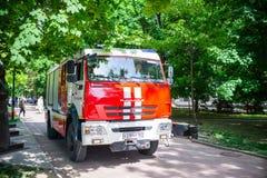Rostov-On-Don, Russie - 18 mai 2018 : Camion de pompiers de ville se déplaçant en parc du centre photo stock