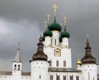 Rostov het Kremlin Witte kerk tegen de donkere stormachtige hemel Stock Fotografie