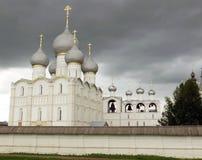 Rostov Kremlin Chiesa bianca contro il cielo tempestoso scuro Fotografie Stock Libere da Diritti