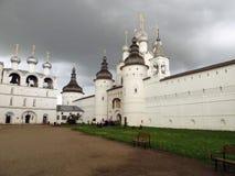 Rostov Kremlin Chiesa bianca contro il cielo tempestoso scuro Immagine Stock