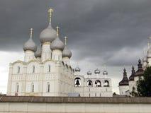Rostov Kremlin Chiesa bianca contro il cielo tempestoso scuro Fotografie Stock