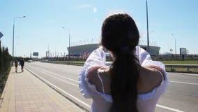 Rostov-op-trek/Rusland - Juni 12 2018 aan: een lange toerist van de haarvrouw neemt een video en fotobeelden op de Rostov-Arena stock video