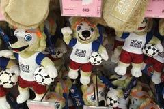 Rostov-op-trek, Rusland - Juni 9 2018 aan: Zacht speelgoed in de vorm van de officiële mascotte van de Wereldbeker van FIFA 2018  Royalty-vrije Stock Fotografie