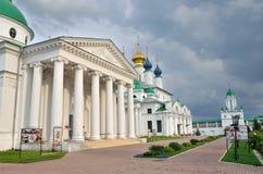 Rostov, Rússia, agosto, 05, 2012, cena do russo: Ninguém, monastério antigo de Spaso-Yakovlevsky em Rostov Anel dourado de Rússia Imagens de Stock Royalty Free