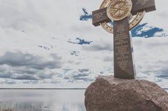 Rostov, Rusia - 8 de mayo de 2017: Opinión del verano de la cruz conmemorativa en el banco del lago Nero Fotos de archivo libres de regalías