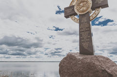Rostov, Rusland - Mei 8, 2017: De zomermening van het herdenkingskruis op de Bank van meer Nero royalty-vrije stock foto's