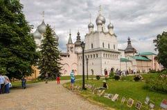 Rostov Ryssland 13-06-2014 Kreml i den forntida staden av Rostov, målare säljer deras målningar royaltyfria foton